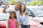 Family collecting new car — Foto Stock