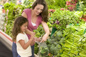 Mother and daughter shopping for produce — Stock Photo