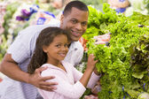 Father and daughter buying fresh produce — Stock Photo