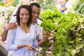 Couple buying fresh produce — Stock Photo