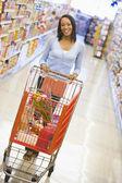 Jeune femme faire l'épicerie — Photo