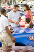 Family choosing new car — Stok fotoğraf