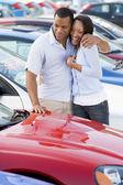 Mladý pár při pohledu na nové vozy — Stock fotografie