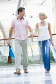 Young couple shopping in mall — Stock Photo