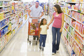Family grocery shopping — Stok fotoğraf