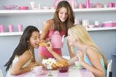 Tres jóvenes mujeres en ropa interior teniendo una fiesta de té — Foto de Stock