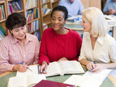 Mature students studying in library — Stockfoto