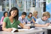 Dzieci w wieku szkolnym w klasie liceum — Zdjęcie stockowe