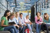 Crianças em idade escolar na escola de alta classe — Foto Stock