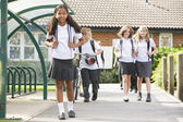 Junior school kinderen verlaten van de school — Stockfoto