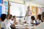 Učitel učí základní škole — Stock fotografie
