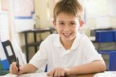 Uno scolaretto che studia in classe — Foto Stock