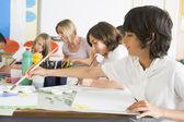 Los escolares y sus maestros en una clase de arte — Foto de Stock