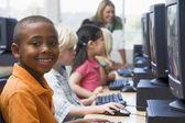 Bambini asilo, imparare a usare il computer. — Foto Stock