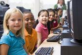 Kleuterschool kinderen leren hoe om computers te gebruiken. — Stockfoto