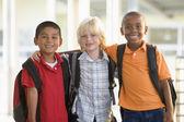Trzy przedszkola chłopców stojących razem — Zdjęcie stockowe