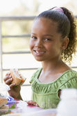 Girl eating lunch at kindergarten — Stockfoto