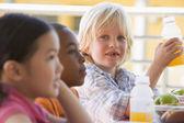 幼稚園児の昼食を食べて — ストック写真