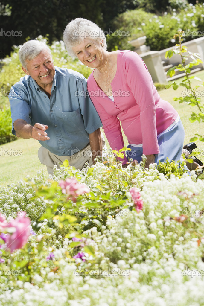 Senior couple working together in garden — Stock Photo #4752913