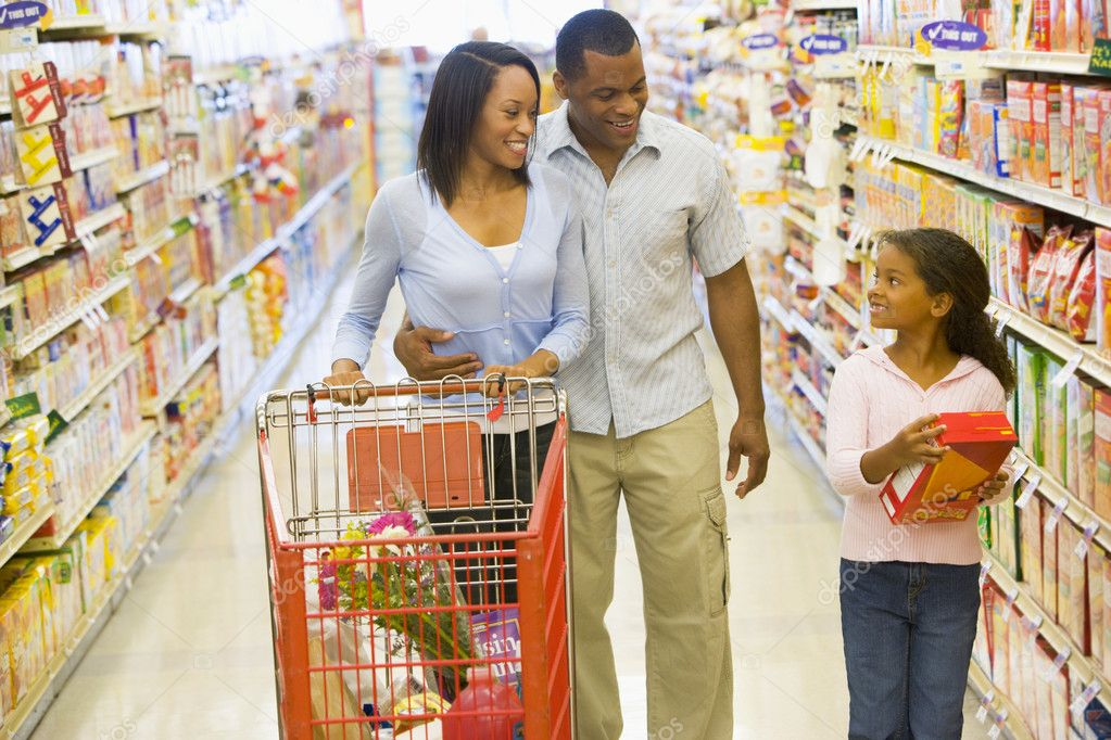 Family shopping for groceries in supermarket — Stock Photo #4757704