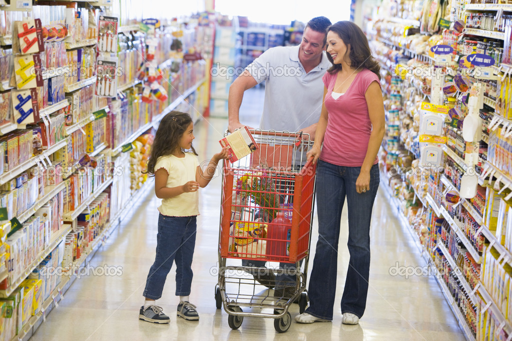 Family shopping for groceries in supermarket — Stock Photo #4757722