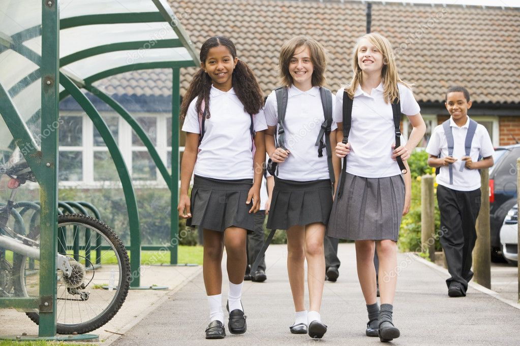 Junior school children leaving school — Stock Photo #4759497