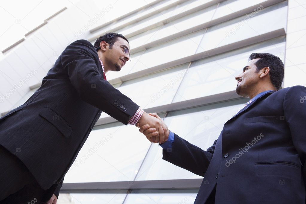 Two businessmen meeting outside modern office building — Foto Stock #4759912