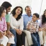 中东的家人一起坐在沙发上 — 图库照片 #4760472