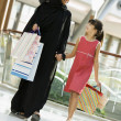 A Middle Eastern woman with a girl in a shopping mall — Foto de Stock