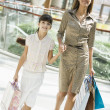 Mother and daughter shopping in mall — Lizenzfreies Foto