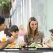 家族のカフェでランチを楽しんで — ストック写真
