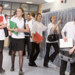 High school students by lockers in the school corridor — Zdjęcie stockowe