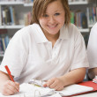 Student studying in library — Foto Stock
