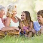Бабушки и дедушки с внуками на пикник — Стоковое фото