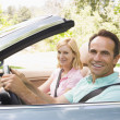 coppia in cabriolet sorridente — Foto Stock