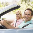 Couple in convertible car smiling — Stock fotografie