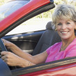 Foto Stock: Womin convertible car smiling