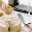 Round of camembert cheese with French stick and Red Wine - Foto Stock
