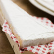 Foto Stock: Wedge of Brie in Wooden Box