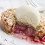 Rhubarb Crumble Tart with Vanilla Ice Cream — Stock Photo #4766392