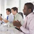 bir toplantı odası applauding olarak dört iş adamları — Stok fotoğraf #4766691