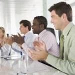 bir toplantı odası applauding olarak dört iş adamları — Stok fotoğraf #4766694