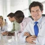 čtyři podnikatelé v zasedací místnosti s úsměvem — Stock fotografie #4766696