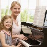 piyano ve gülümseyen iskambil kadın ve genç kız — Stok fotoğraf