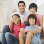 famille assis sur l'escalier souriant — Photo #4768437