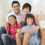 rodzina siedzący na schody uśmiechający się — Zdjęcie stockowe #4768438