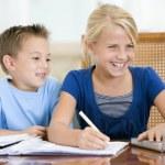dwóch młodych dzieci z laptopa odrabiania lekcji w jadalni smi — Zdjęcie stockowe