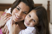A Middle Eastern woman with her daughter — Stock Photo