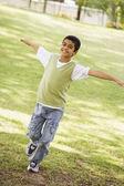 Niño divirtiéndose en el parque — Foto de Stock