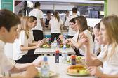 Comer en la cafetería de la escuela de estudiantes de secundaria — Foto de Stock